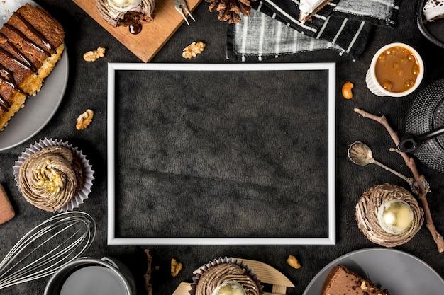 Вид сверху рамы с тортом и кексами Premium Фотографии