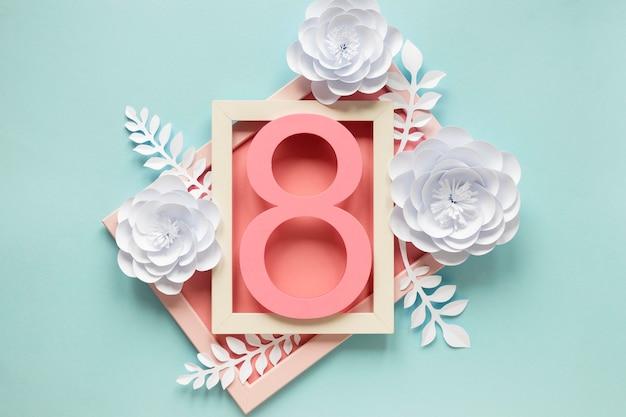 Вид сверху рамки с бумажными цветами и датой на женский день Бесплатные Фотографии