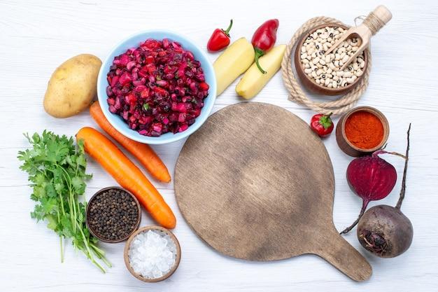 スライスした野菜と生豆にんじんポテトと白の新鮮なビートサラダの上面図、食品の食事野菜の新鮮なサラダ 無料写真