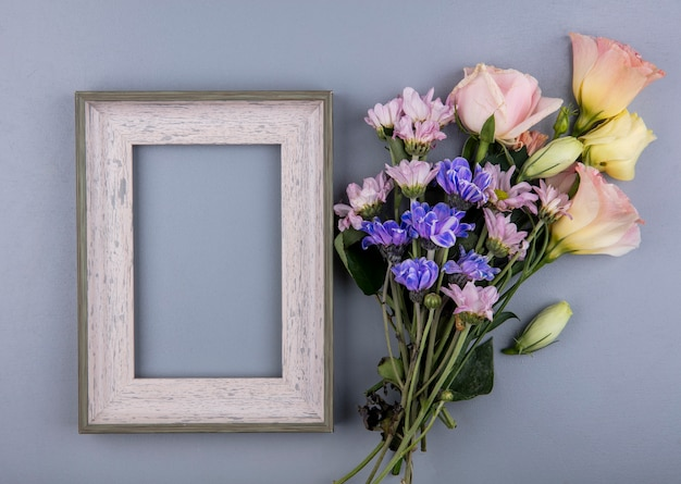 コピースペースと灰色の背景に分離されたデイジーローズなどの生花の上面図 無料写真
