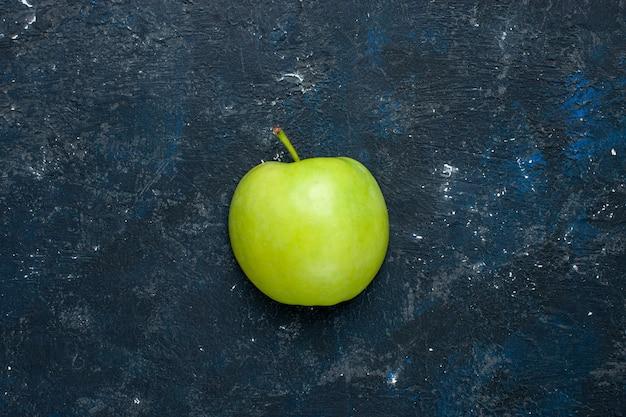 Вид сверху свежего зеленого яблока, нарезанного половинками, нарезанного темными фруктами, свежих спелых спелых фруктов Бесплатные Фотографии