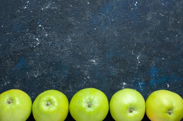 Вид сверху композиции свежих зеленых яблок, выложенных на темных, фруктовых свежих спелых спелых Бесплатные Фотографии