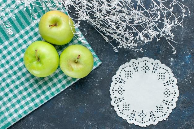 紺色の机の上にまろやかでジューシーな酸っぱい新鮮な青リンゴの上面図、フルーツベリー健康ビタミン食品スナック 無料写真