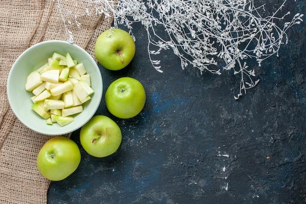 新鮮な青リンゴの上面図まろやかでジューシーなスライスしたリンゴの内側のプレートに濃い青のフルーツ生鮮食品健康ビタミン 無料写真