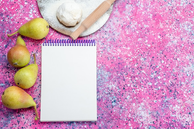 明るい机の上に生地とメモ帳が付いた新鮮なまろやかな梨の上面図、新鮮な果物のまろやかな甘い熟した 無料写真