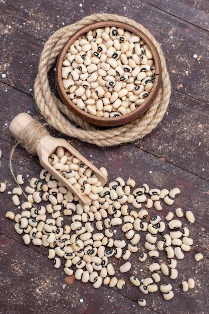 茶色の、食品生豆ハリコットにロープで茶色のボウル内の新鮮な生豆の上面図 無料写真