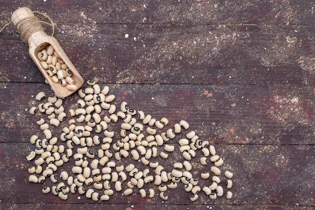 茶色の食品生豆ハリコット全体に広がる新鮮な生豆の上面図 無料写真