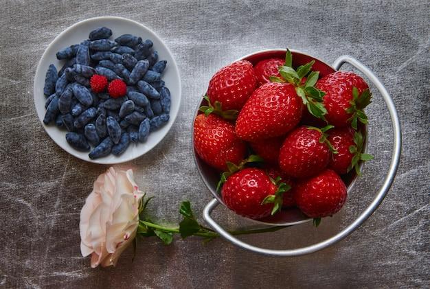 新鮮なイチゴとスイカズラのトップビュー Premium写真