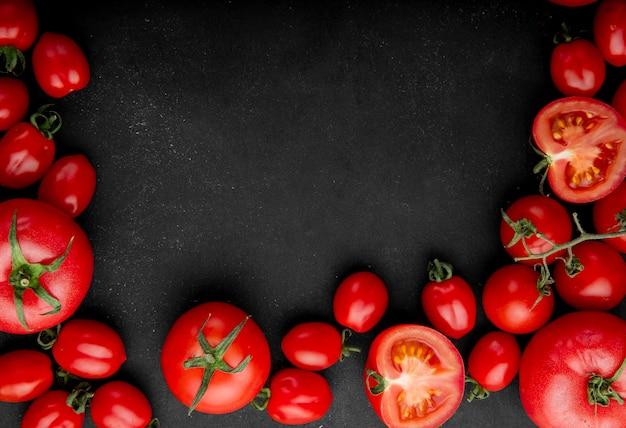 Вид сверху свежих помидоров на черном фоне с копией пространства Бесплатные Фотографии