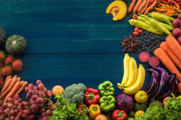 テーブルに新鮮な野菜のトップビュー、コピースペースと木製容器で新鮮な野菜 Premium写真