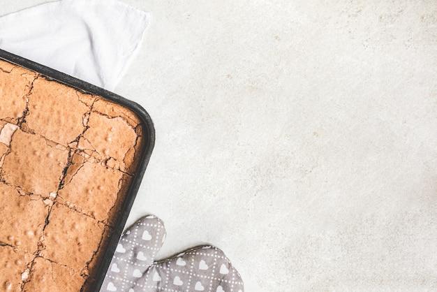 Вид сверху на свежеиспеченный домашний пирог брауни Premium Фотографии
