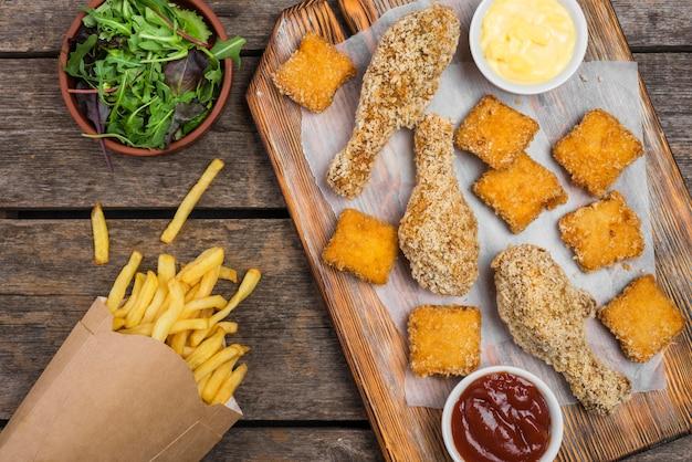 フライドチキンのサラダとフライドポテトのトップビュー 無料写真