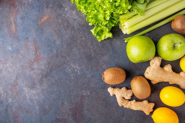 果物と野菜の背景の上面図:レモン、キウイ、セロリ、生姜。上面図。コピースペース Premium写真