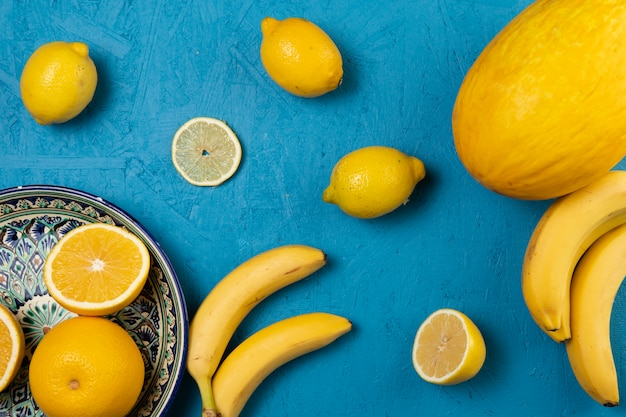 Вид сверху фруктов на синем фоне Бесплатные Фотографии