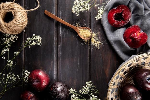 Вид сверху фруктов с корзиной и цветами Бесплатные Фотографии