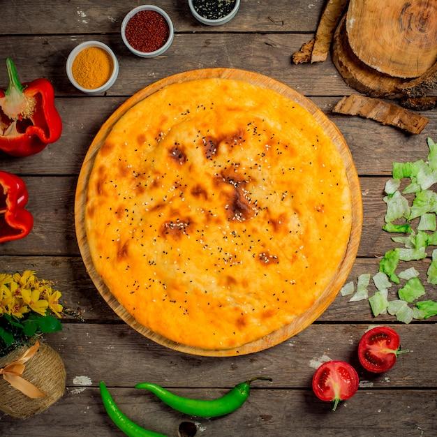 グルジアの自家製の丸いチーズケーキのトップビュー 無料写真