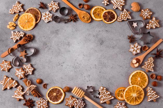 ジンジャーブレッドと乾燥した柑橘類のフレームの上面図 無料写真