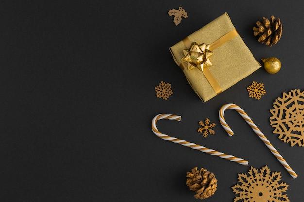 Вид сверху на золотые рождественские украшения и подарок Premium Фотографии