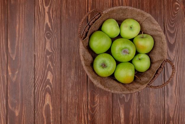 Вид сверху зеленых яблок в корзине на деревянном фоне с копией пространства Бесплатные Фотографии