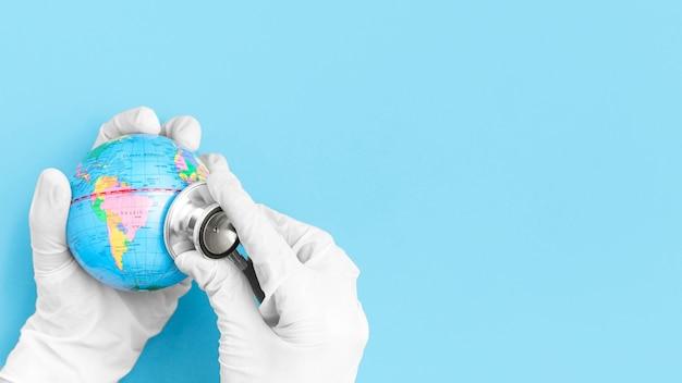 聴診器でグローブをコンサルティング手術用グローブと手の平面図 無料写真