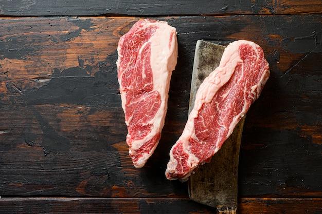 Вид сверху сырого стейка из чака в форме сердца с мясорубкой Premium Фотографии