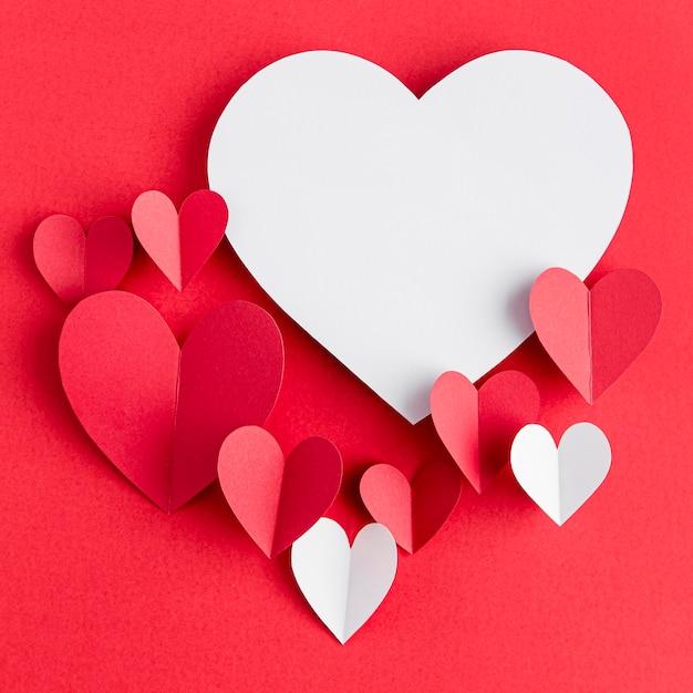 Вид сверху на расположение сердечек с копией пространства Premium Фотографии