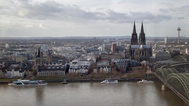 ライン川、ドイツからケルン大聖堂の歴史的中心部の平面図 Premium写真