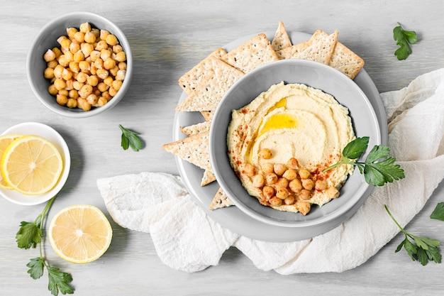 Вид сверху хумус с нута и лимоном Premium Фотографии