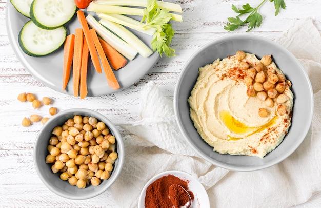 Вид сверху хумуса с нутом и овощами Бесплатные Фотографии