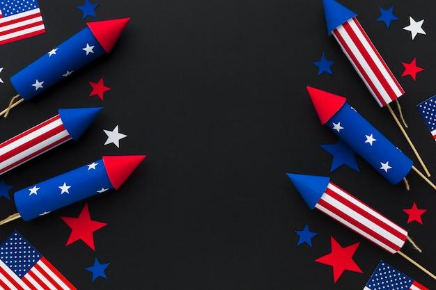 Вид сверху на день независимости фейерверк со звездами и американскими флагами Бесплатные Фотографии
