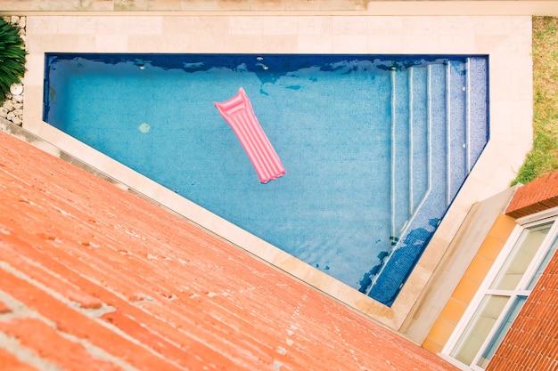 Вид сверху на надувной матрас, плавающий в бассейне Premium Фотографии