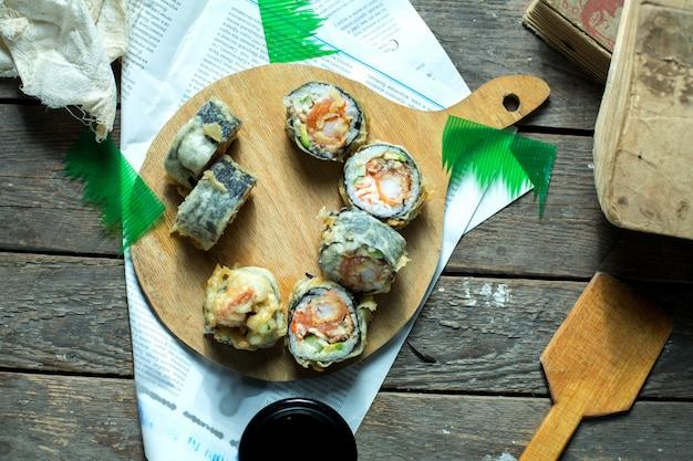 木の板に生姜と醤油を添えて日本伝統料理の天ぷら寿司マキのトップビュー 無料写真
