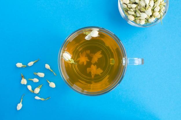 Вид сверху жасминового зеленого чая в стеклянной чашке Premium Фотографии
