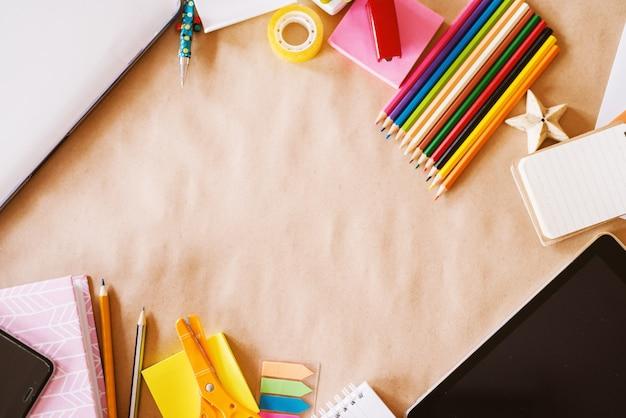 Вид сверху детский школьный стол с деревянными карандашами для искусства и современных технологий для просмотра. Premium Фотографии