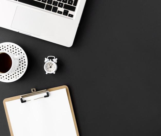 Вид сверху ноутбука и блокнота для кибер-понедельника Premium Фотографии