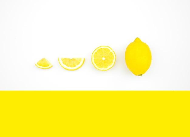 色の背景にレモンの上面図 Premium写真