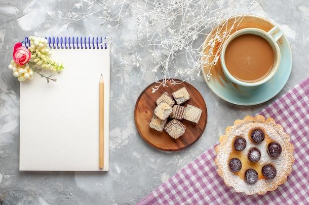 Вид сверху маленького торта с вафлями, кофе, молока на свете, вафельный торт, фруктовый сладкий сахар Бесплатные Фотографии