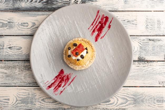 Вид сверху на маленькие вкусные пирожные со сливочными фруктами и мармеладом сверху Бесплатные Фотографии