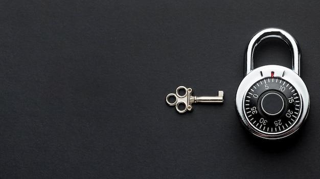 Вид сверху замка с ключом и копией пространства Premium Фотографии