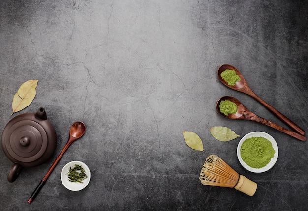 Вид сверху чая маття с чайником и деревянными ложками Premium Фотографии