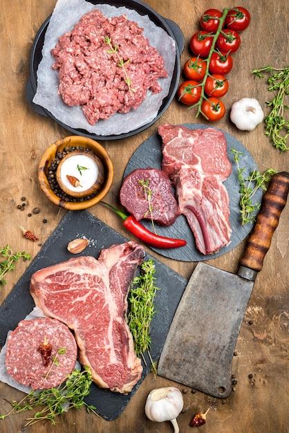 Вид сверху мяса с дровосеком и помидорами Бесплатные Фотографии