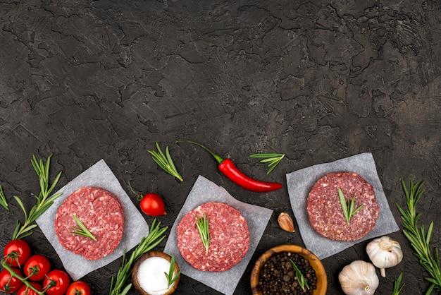 Вид сверху мяса с травами и копией пространства Бесплатные Фотографии