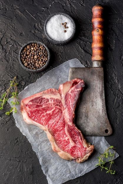 Вид сверху мяса с солью и специями на шифер Бесплатные Фотографии