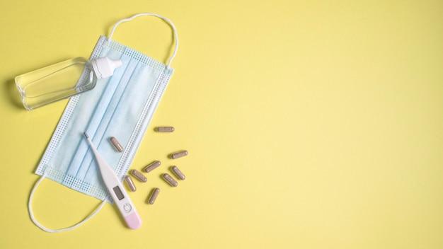 Вид сверху медицинской маски с термометром и таблетками Бесплатные Фотографии