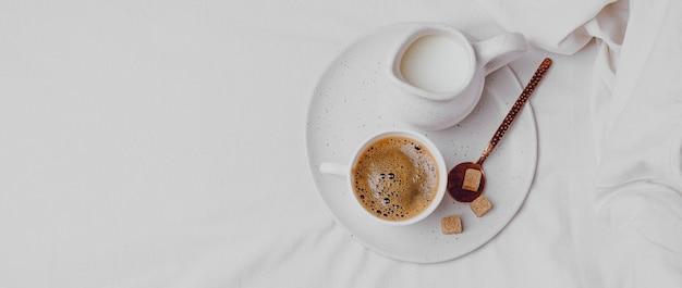 Вид сверху утреннего кофе с кубиками сахара и копией пространства Бесплатные Фотографии