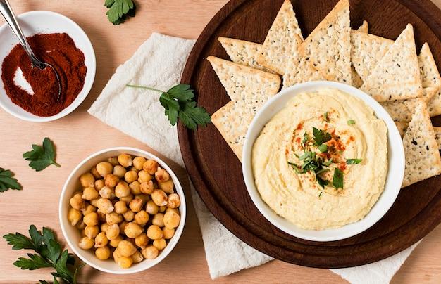 Вид сверху чипсы начо с хумусом и кетчупом Бесплатные Фотографии