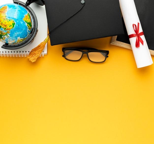 アカデミックキャップとコピースペースを備えたノートブックの上面図 Premium写真