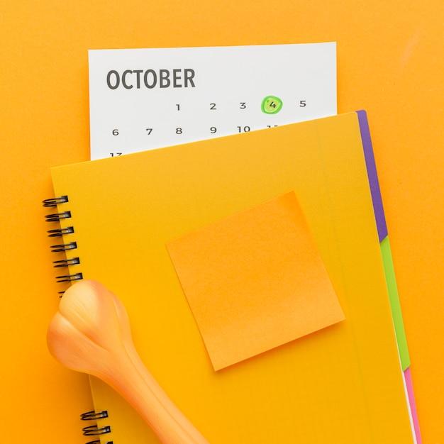 Вид сверху тетради с костью и календарем на день животных Бесплатные Фотографии