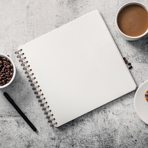 Вид сверху ноутбука с чашкой кофе и ручкой Premium Фотографии