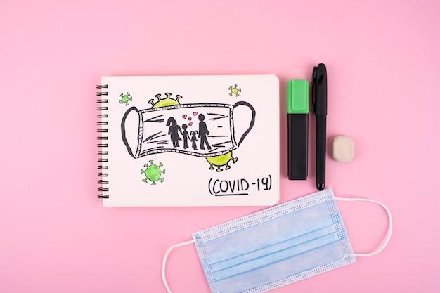 Вид сверху ноутбука с медицинской маской и ручкой Бесплатные Фотографии